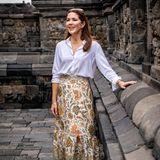 Beim Besuch der buddhistischen Tempelanlage Borobudur in Yogyakarta auf der Insel Java am dritten Tag ihrer Indonesien-Reisezeigt sich Mary lässig mit Sonnenbrille im offenen Haar. Ein bodenlanger Rock und eine weiße, schlichte Bluse lassen die 47-Jährige strahlen.