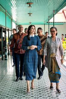 Bei einem Treffen mit Sultan Hamengkubuwono X im Sultanspalast bleibt Mary ihrem Look während der Indonesien-Reise treu: Auch hier wählt sie ein hochgeschlossenes Maxikleid mit Bubi-Kragen in der Farbe Blau. Dazu kombiniert Vierfach-Mutternudefarbene Pumps.