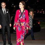 Was für ein Hingucker-Kleid: Bei den Feierlichkeiten zum 70. Jahrestag der diplomatischen Beziehungen zwischen Dänemark und Indonesien trägt die Frau von Kronprinz Frederik ein pinkfarbenes Kimono-Kleid mit Blumen-Print des Labels Etro.
