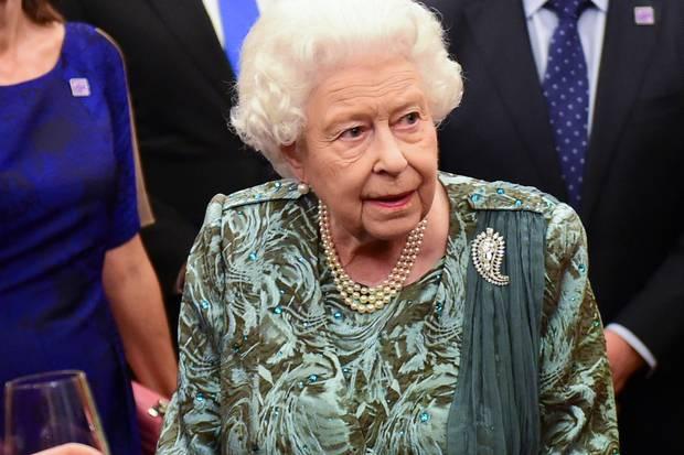 """Queen Elizabeth und die """"The Queen Mother Palm Leaf Brooch""""."""