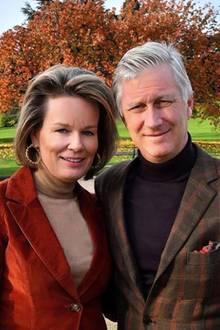 5. Dezember 2019  Mit diesem schönen Paar-Porträt im herbstlichen Garten von Schloss Laeken bedanken sich Königin Mathilde und König Philippe für die vielen herzlichen Glückwünschen zu ihrem 20. Hochzeitstag am Vortag.