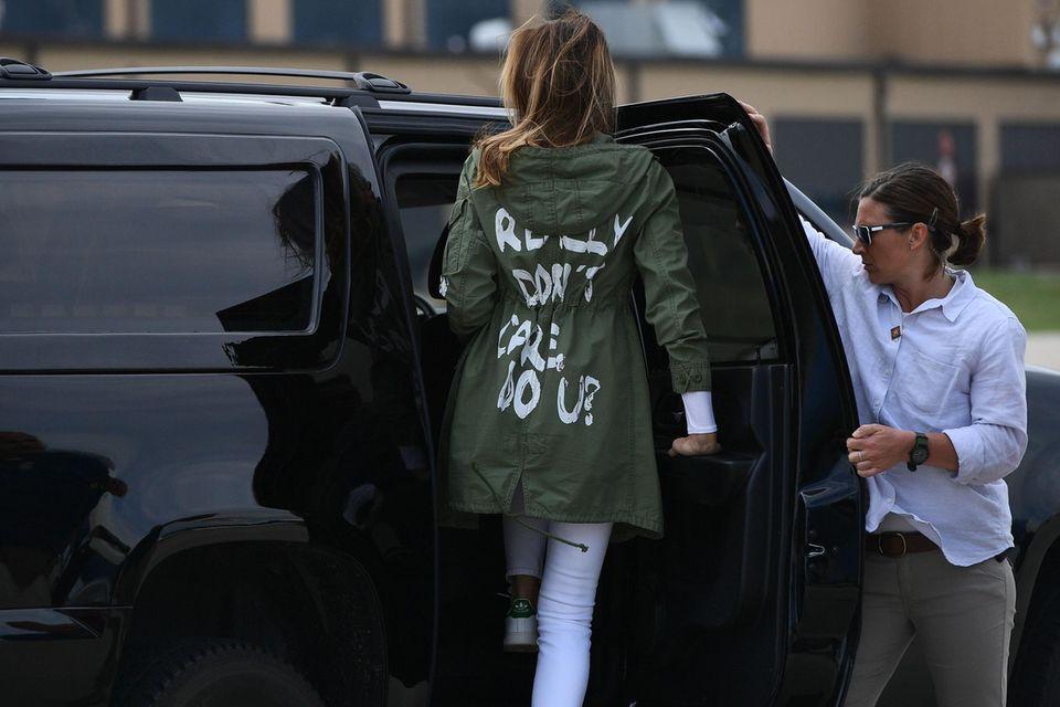 """21. Juni 2018: Melania Trump trägt eine Jacke mit dem Spruch """"Es ist mir wirklich egal - und euch?"""""""