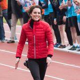 Premiere feiert die Jacke jedoch Im Februar 2017: Hier beweist die Dreifach-Mama ihr sportliches Könnenund rennt in der roten Eyecatcher-Jacke aus Nylon und mit100 Prozent Gänsefedern im Olympia Park in London.