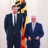 4. Dezember 2019  Basketball-Legende Dirk Nowitzki ist einfach herausragend! Das muss auch der amüsierte Bundespräsident Frank-Walter Steinmeier einsehen, der ihm in Schloss Bellevue in Berlin das Bundesverdienstkreuz verleiht.