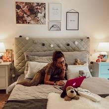 Schlichte Kommoden, ein kuschliges Bett und schöne Bilder: Sarah Lombardi setzt in ihrem Schlafzimmer auf neutrale Töne und ganz unterschiedliche Texturen.