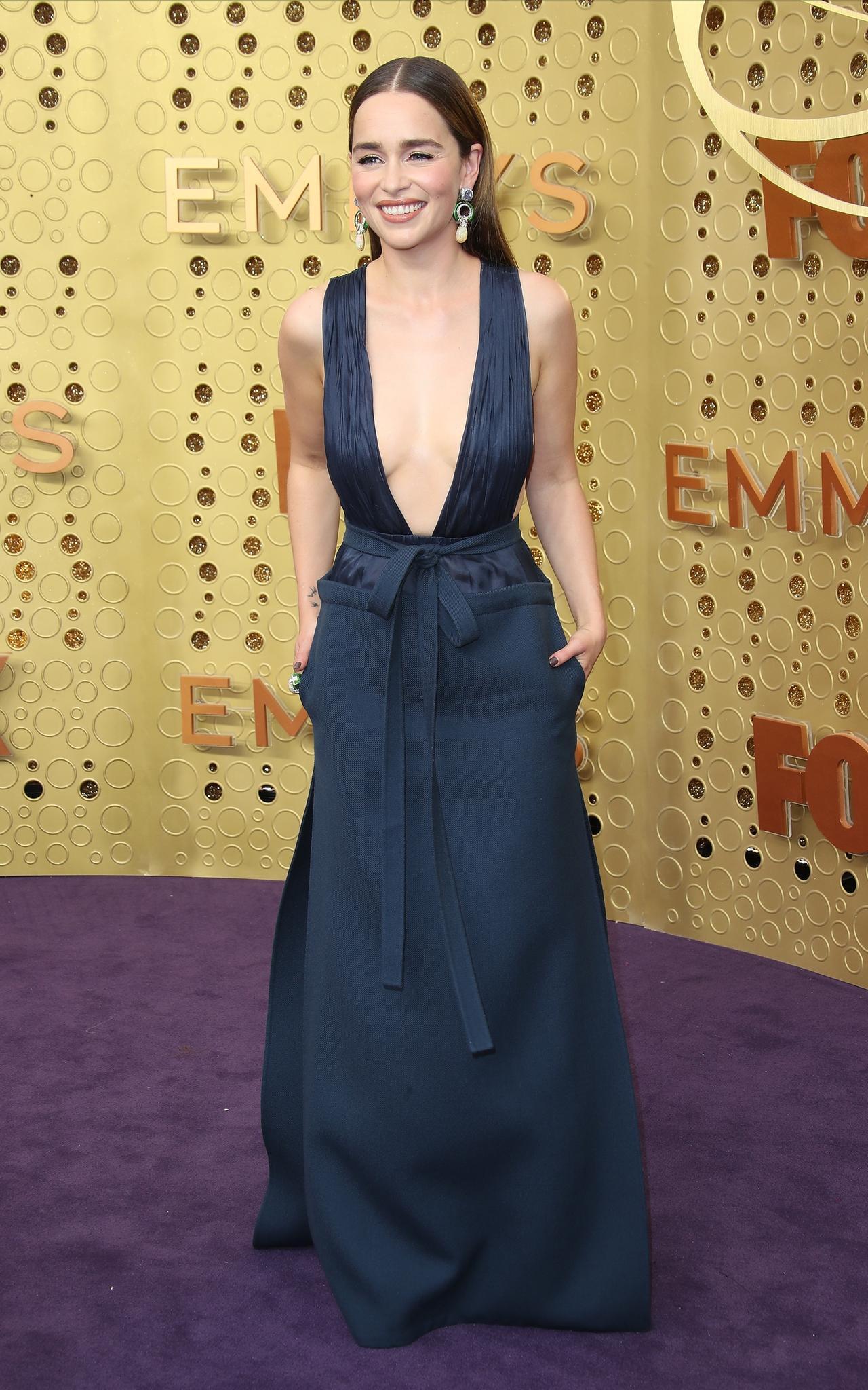 Emilia Clarke verzaubert in einer Robe von Valentino.