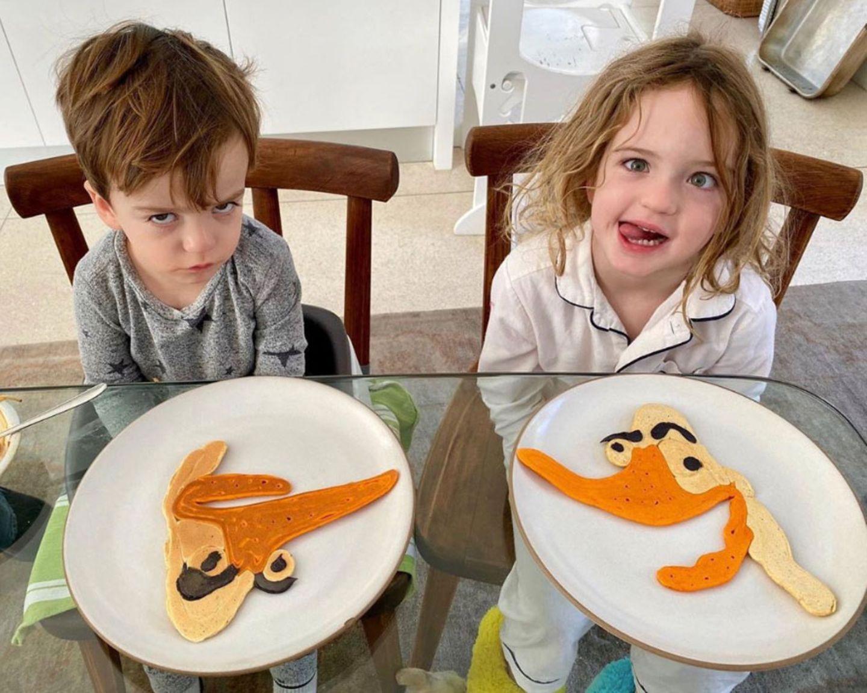 """Mmm, so ganz überzeugen können diese Gänse-Pancakes die Kids wohl nicht, obwohl Papa Jimmy Kimmel sich mächtig ins Zeug gelegt hat. Inspiriert zum neuen Pfannkuchen-Design wurde derLate-Night-Entertainer vom Protagonisten seines neuen Kinderbuchs """"The Serious Goose""""."""
