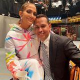 """6. Dezember 2019  Selbst bei den Dreharbeiten am Setvon """"Saturday Night Live"""" finden Jennifer Lopez und ihr Verlobter Alex Rodriguez Zeit für ein bisschen Zweisamkeit. JLo antwortet auf das Selfie, das ihr Liebster auf Instagram postet, mit den Worten """"Love you so much""""."""