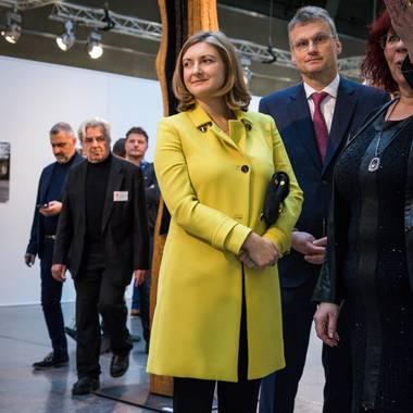 Mitte November besuchte Stéphanie von Luxemburg eine Kunstausstellung, und heizte mit ihren versteckenden Gesten die Schwangerschaftsgerüchte ordentlich an.