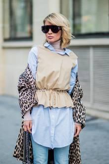 Fashion-Bloggerin Gitta Banko trägt bei der Pariser Fashion-Week zum Beispiel ein hellblaues Hemd zum beigen Pullunder und darüber einen Mantel im Leo-Print.