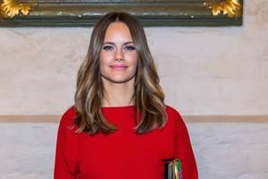 An ihr können wir nicht vorbei schauen: Prinzessin Sofia glänzt ineinem überaus stylischemOutfit in der Knallfarbe rot. Warum sie sich so schick gemacht hat? Das liegt nicht nur daran, dass sie Gast bei einemWeihnachtskonzert in Stockholm ist, sondern sie auch am heutigen Tag (6. Dezember) ihren 35. Geburtstag feiert.