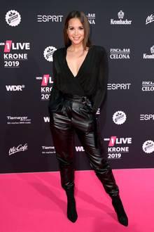 5. Dezember 2019  Mandy Capristo zeigt sich im lässigen, schwarzen Leder-Look auf dem Pink Carpet in der Bochumer Jahrhunderthalle.