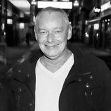 """4. Dezember 2019: Harry Schulz (59 Jahre)  Im Alter von nur 59 Jahren ist TV-Imbiss-Tester Harry Schulz überraschend gestorben. Das berichtete das """"Redaktions Netzwerk Deutschland (RND)"""" mit Berufung auf seinfamiliäres Umfeld. Schulz, den man vor allem aus der Sendung """"Sat.1 Frühstücksfernsehen"""" kannte, erlitt bereits 2016einen Herzinfarkt und lag aufgrund dessen zwei Wochen im Koma. Dank einer Reha fand er zurück ins Leben und wurde auch wieder im Fernsehen aktiv. Trotz der gesundheitlichen Probleme verstarb Harry Schulz völlig unerwartet, die genaue Todesursache ist unbekannt."""