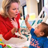 """6. Dezember 2019  Königin Mathilde von Belgien besuchtdas Universitäts-Kinderkrankenhaus """"Königin Fabiola"""" in Laken und schließt dabei Freundschaft mit einem kleinen Patienten."""