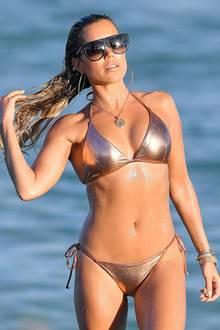 Ob bei Sonnenschein und 26 Grad Weihnachtsstimmung aufkommen kann? Ja, wie Sylvie Meis am Strand von Miami beweist. Obwohl die Moderatorin die sommerlichen Temperaturen sichtlich genießt, stimmt sie sich mit ihrem goldschimmerndenBikini und farblich passenden Accessoires schonmal auf die Festtage ein.