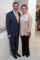 """Erster Auftritt nach der Baby-Nachricht: Erbgroßherzog Guillaume von Luxemburg und seine Ehefrau Stéphanie zeigen sich am 6. Dezember in der Luxemburger Oberstadt bei der Eröffnung eines Pop-Up-Stores des Kunsthandwerkverbandes """"De Mains De Maîtres"""". DieErbgroßherzogin, die vermutlich im Mai 2020 das erste Kind des Paares zur Welt bringen wird, entscheidet sich für ein klassisches Outfit bestehend aus schwarzer Stoffhose und einer rosafarbenenSeidenbluse. So schick das Outfit auch ist: Der weite Schnitt des Oberteils verdeckt Stéphanies Bauchregion, sodass wir keinen Blick auf die wachsende Babykugel erhaschen können - zumindest nicht aus dieser Perspektive."""