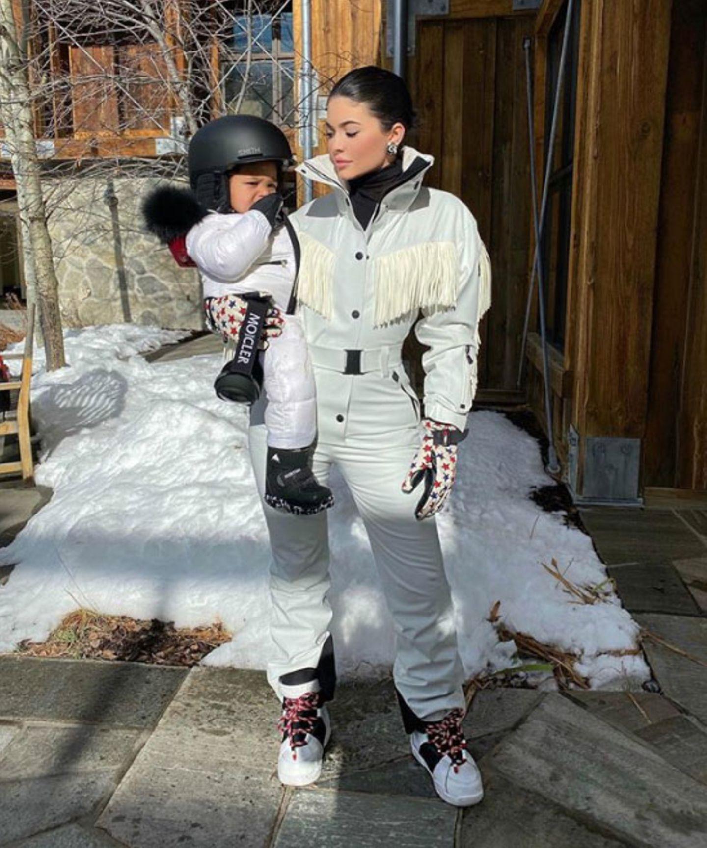 Im schicken Schnee-Outfit geht es für Kylie Jenner und ihre Tochter Stormi auf die Piste...