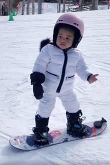 Für die kleine Stormi ist es der erste Ausflug in den Schnee. Wacker hält sich Kylie Jenners Tochterauf dem Mini-Snowboard, und Mama teilt diesen süßen Moment mit ihren Fans auf Instagram.