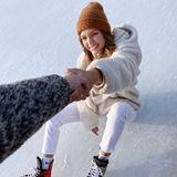Das dänische Model Josephine Skriver macht immer eine gute Figur. Dem tut auch ein kleiner Ausrutscher auf dem Eis keinen Abbruch.