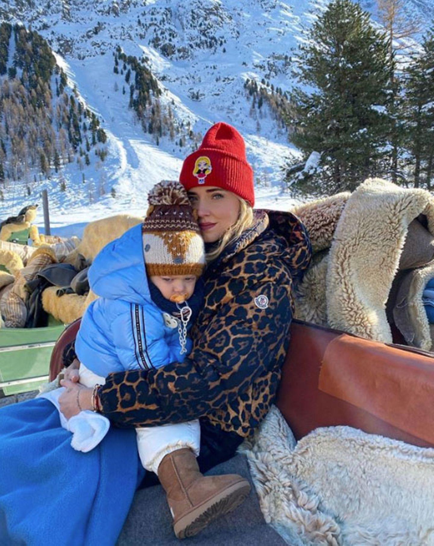 Auch Chiara Ferragni verbringt ein paar schöne Tage mit ihrer Familie im Schnee. Auf einer Kutschfahrt geht es stilsicher durch Sankt Moritz.