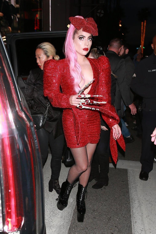 Lady Gaga fährt die Krallen aus - zumindest die mit Edelsteinen und Perlen verzierte Variante. In Los Angeles zeigt sich die Sängerin im gewohnt auffälligen Look, setzt nicht nur auf eine knallige Haarfarbe, sondern auch auf ein All-Over-Paillettenkleid, extrem hohe Plateauschuhe und gefährlich lange Fingernägel. Obwohl das Outfit eigentlich nur aus Hinguckern besteht, bleiben die zentimeterlangen Nägel an der rechten Hand das absolute Highlight. Zumindest optisch: Praktisch ist diese Art Handschmuck sicher nicht.