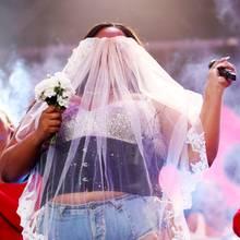 Huch,hat die Brautetwa den Durchblick verloren? Nein, diese talentierte Künstlerin ist bekannt für ihre schrillen Auftritte...