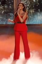 """Es weihnachtet sehr! Andrea Berg zeigt sich in Berlin im eleganten Christmas-Look. Für ihren Auftritt bei der """"Ein Herz für Kinder""""-Gala wählt die Schlagersängerin einen Zweiteiler in festlichem Rot, der aus einer Stoffhose und einem One-Shoulder-Oberteil besteht. Für noch mehr Glamour sorgt nicht nur der goldene Gürtel - der ihre Taille betont - sondern auch ihre in sanfte Locken gelegten und auf einer Seite zurück gestecktenHaare. Das perfekteOutfit für die anstehenden Feiertage."""