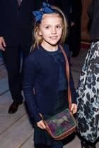 """Prinzessin Estelle hat sich für den Theaterbesuch so richtig herausgeputzt. Für das Ballett """"Der Nussknacker"""", das sie gemeinsam mit ihrer Mutter, Prinzessin Victoria, und ihren Großeltern, König Carl Gustaf und Königin Silvia, besucht, entscheidet sich Estelle für ein absolut stimmiges Outfit bestehend aus einem Rock mit Schottenmuster, einer dunkelblauen Bluse und einer farblich passenden Strickjacke. Besonders niedlich: die vielen Details des Looks."""