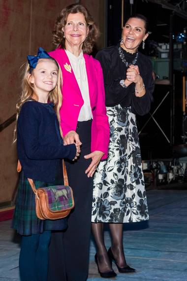 """Drei Generationen beim Ballett in Stockholm: Prinzessin Victoria erscheint gemeinsam mit Königin Silvia und Prinzessin Estelle in der Oper, um sich """"Der Nussknacker"""" anzusehen. Während Silvia mit ihrem pinken Blazer ein wenig aus der Reihe tanzt, setzen Victoria und Estelle auf einen Partnerlook. Beide entscheiden sich für auffälligeMuster-Röcke, diesiemit schlichtenBluse und dunklenStrumpfhosen sowie eleganten Accessoires kombinieren. Während Estelle auf Haarschleife und Umhängetasche setzt, greiftihre Mutter zu glitzerndemSchmuck."""