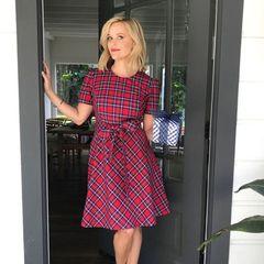 Im adretten Partnerlook mit ihrem Wichtel-Geschenk macht sich Reese Witherspoon auf den Weg zu einer vorweihnachtlichen Party.