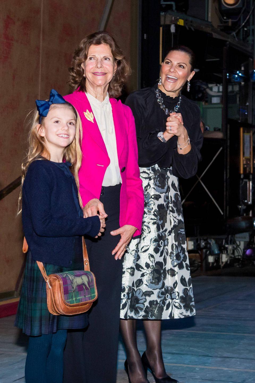 """7. Dezember 2019  Prinzessin Estelle strahlt über beide Ohren als sie mit Mama Prinzessin Victoria und Oma Königin Silvia die Ballettaufführung """"Der Nussknacker"""" in der Königlichen Oper in Stockholm besucht."""