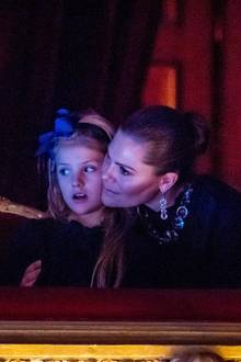 7. Dezember 2019  Während der Aufführung wird die kleineEstelle, die das Märchenballett mit Erstaunen verfolgt, liebevoll von Prinzessin Victoria in die Arme genommen.