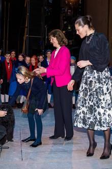 7. Dezember 2019  Im Anschluss der Vorführung gibt es noch ein Treffen mit den Darstellen des Balletts. Und während Prinzessin Estelle die Gelegenheit nutzt, einen süßen Hund zu streicheln, hält Königin Silvia ihr achtsam die Haare aus dem Gesicht.