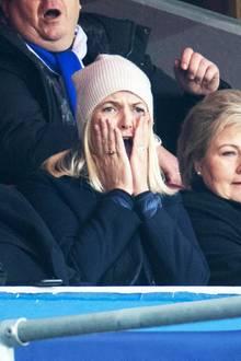 Zusammen mit Schwiegervater König Harald besucht Prinzessin Mette-Marit das Pokalfinale der norwegischen Herrenfussballmeisterschaft 2019 in Osloer Ullevål-Stadion. Wie es aussieht, läuft es für ihre Favoriten aber nicht so gut.