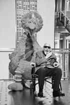 8. Dezember 2019: Caroll Spinney (85 Jahre)  Ein trauriger Tag in der US-amerikanischen Sesamstraße: Puppenspieler Caroll Spinney ist mit 85 Jahren seiner Dystonie-Erkrankung erlegen. Über 50 Jahre lang begeistere er Millionen von Kindern als Bibo und Oscar aus der Mülltonne.