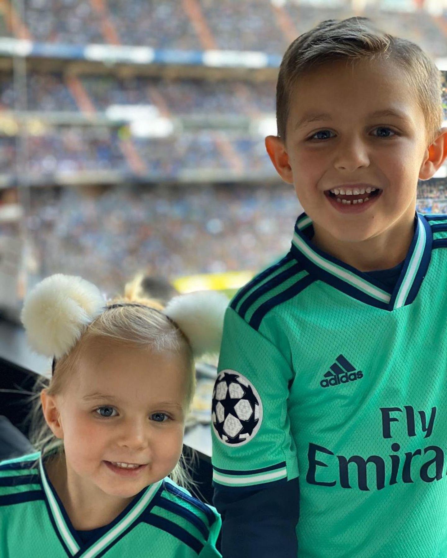 Und jetzt alle: Oh, wie süüüß! Toni Kroos postete dieses Bild seiner Kinder Amelie (links) und Leon im Stadion. Gutes Anfeuern muss schließlich früh geübt werden.
