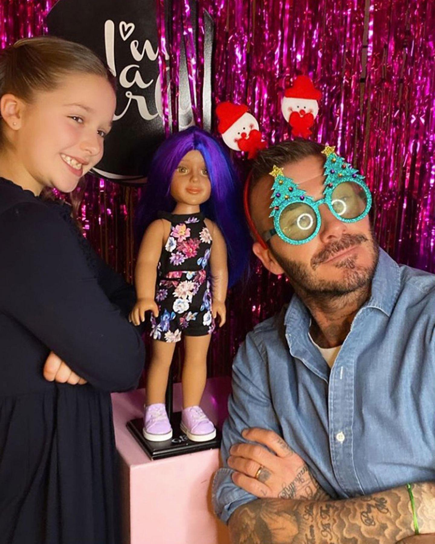 Für eine kleine Party mit Harper und ihren Freunden im Londoner George Club hat Papa David Beckham mit passender Brille für die richtige Festtagsstimmung gesorgt.