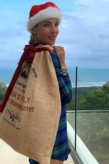Elsa Pataky greift dem Weihnachtssmann ein wenig unter die Arme. Das allerdings bei sommerlichen Temperaturen, schließlich ist sie in Australien.