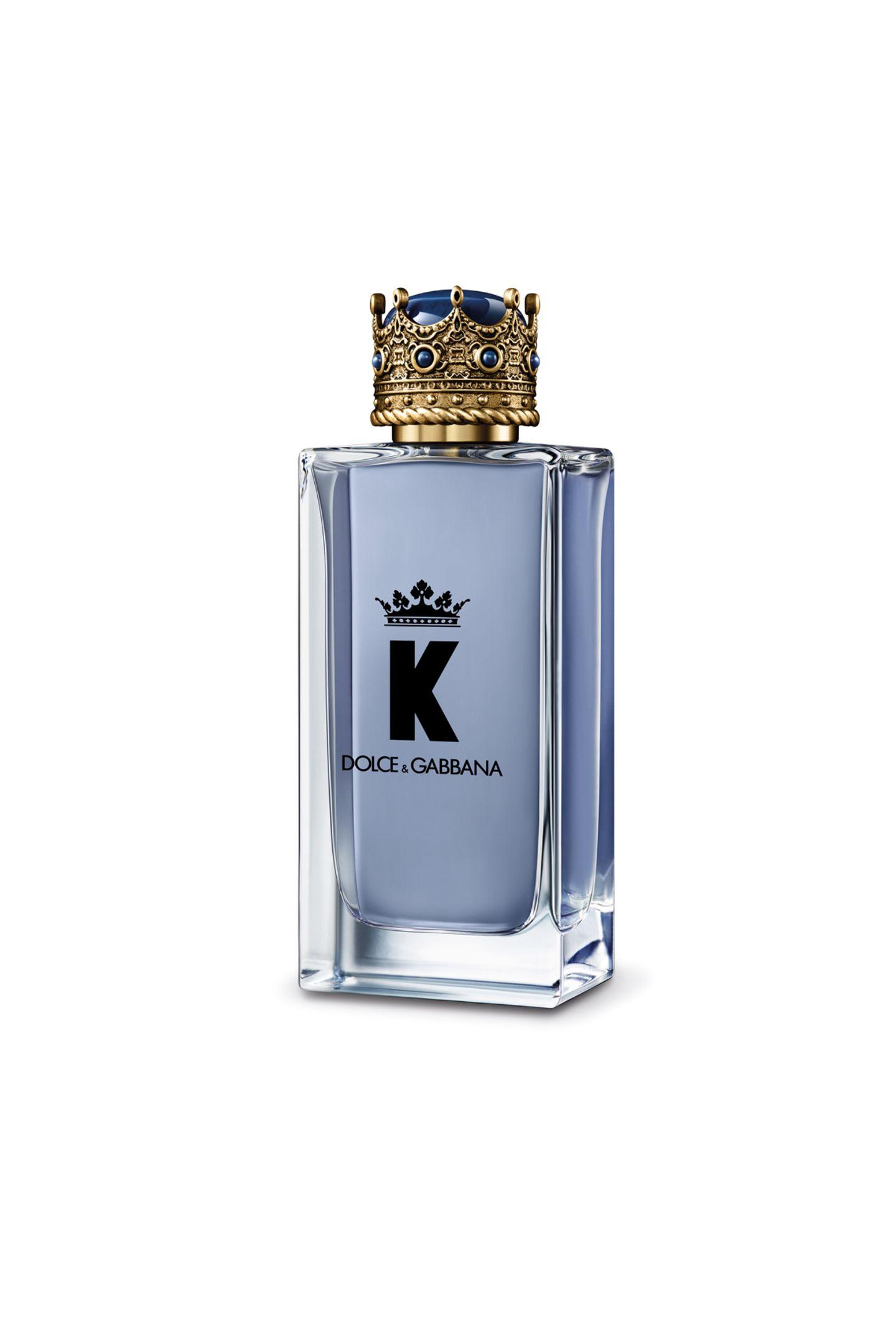 """Für Ihren ganz persönlichen King: """"K by Dolce & Gabbana"""" ist perfekt für einen modernen, selbstbewussten Mann, der sich selbst treu bleibt und hingebungsvoll für seine Familie sorgt. Zeit Danke zu sagen mit einer duften Komposition aus fruchtigenNoten, scharfer Pimentessenz und sinnlichen Holznoten. Ab ca. 69 Euro."""