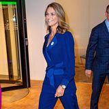 Während Königin Silvia auf ein klassisches fuchsiafarbenes Kleid mit gemustertem Schal setzte, wählt Prinzessin Madeleine eine atemberaubende Hosenanzugskombi in royalem Blau von Diane von Fürstenberg, zu der sie farblich passende Manolo Blahniks kombinierte. Das perfekte Outfit, um sich in Schweden wieder zurückzumelden.