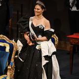 Wenn Kronprinzessin Victoria steht, sieht man erst, wie aufwendig und imposant ihr Kleid ist. Das Dekolleté und die freie Schulter machen das Ensemble zu einem wahren Traum.