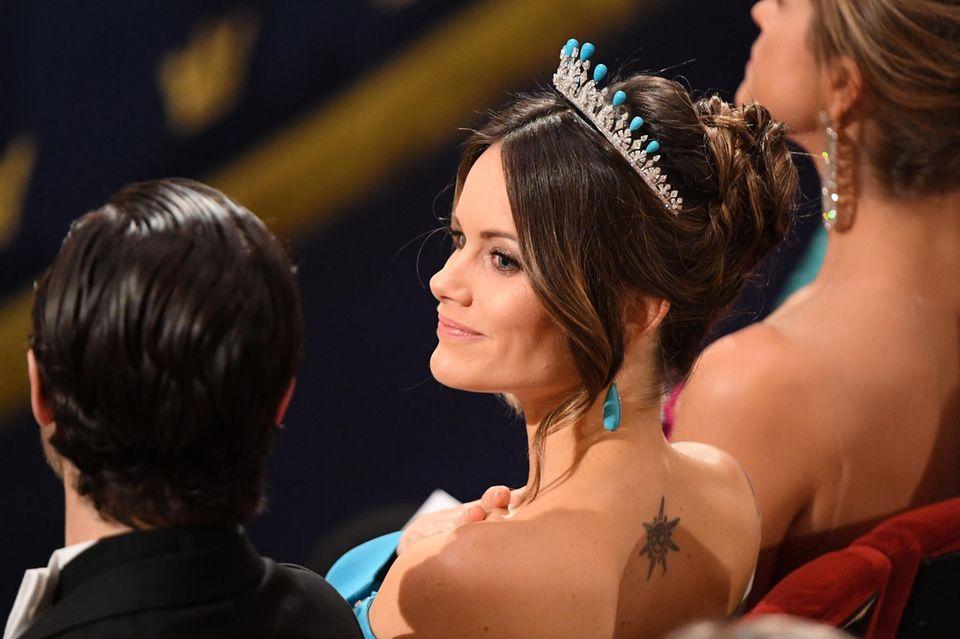 Ein Blick auf den Rücken von Prinzessin Sofia enthüllt ihr Tattoo. Die elegante Hochsteckfrisur und die Tiara perfektionieren den eleganten Look.