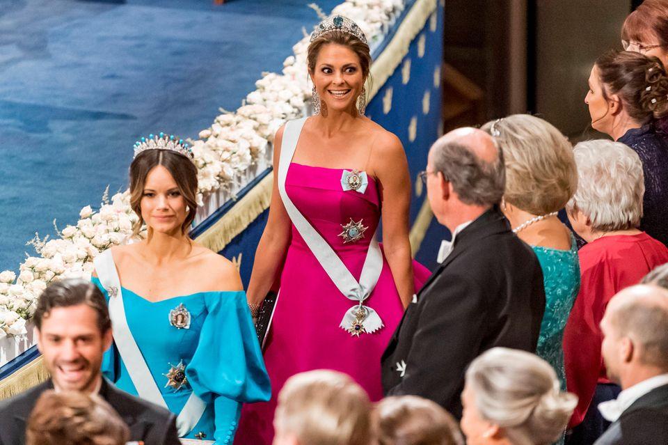 Prinzessin Madeleine hat sichtlich Spaß an der Veranstaltung und verzückt in einer himbeerfarbenen Robe. Auch sie folgt dem Trend des Abends und zeigt ihre Schultern.