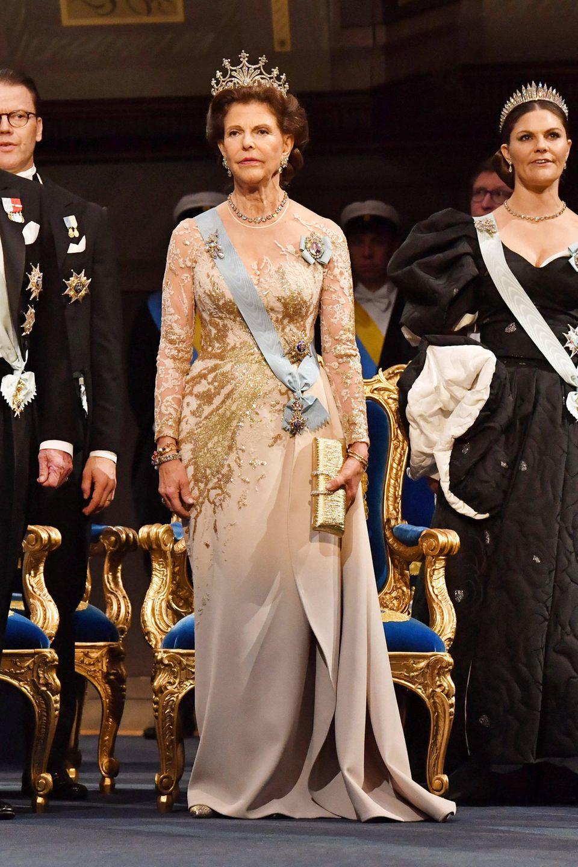 Königin Silvia betreibt Mode-Recycling. Das Goldkleid mit Spitze trug sie bereits bei einem Termin im August im Libanon.