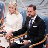 Das Kronprinzen-Paar zeigt mit einer liebevollen Geste, dass sie zusammenhalten.Mette-Marit und Haakon halten Händchen.