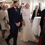 Zum Galadinner für den Friedensnobelpreisträger wählt Mette-Marit ein cremefarbenes bodenlanges Abendkleid.