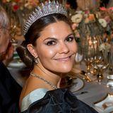 Mit einem großen Lächeln posiert die Kronprinzessin beim Galadinner für die Fotografen.