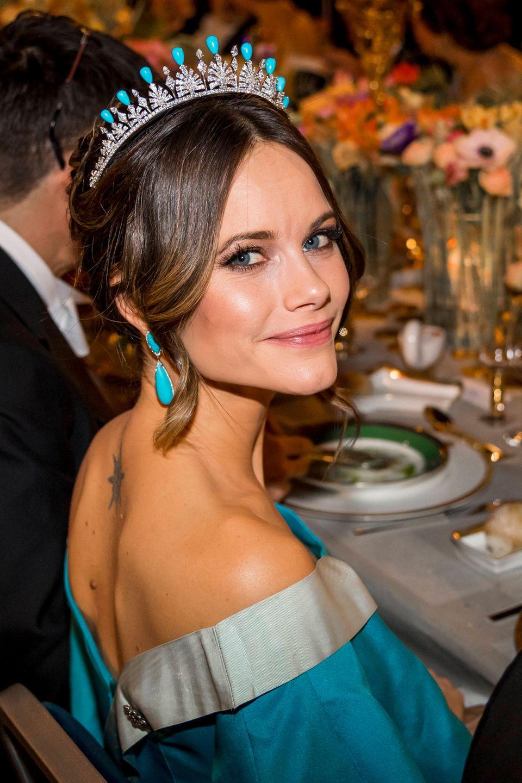 Während der Nobelpreis-Verleihung strahlt Prinzessin Sofia in einem wunderschönen türkisfarbenen Outfit.Inspiration für diesen Hingucker-Lookbot ihr Diadem, welches Sofia bereits zu ihrerroyalenHochzeit mit Prinz Carl Philip im Jahr 2015 trug. Damals glänzte das Diadem mit grünen Smaragden, für den Nobelpreis tauschteSofia diese gegen türkisfarbene Steine ein. Darauf abgestimmt wählt die 35-Jährige Schmuck des LabelsLWL Jewelry.