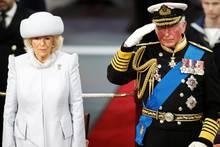 Herzogin Camilla und Prinz Charles bei der Schiffstaufe der HMS Prince of Wales