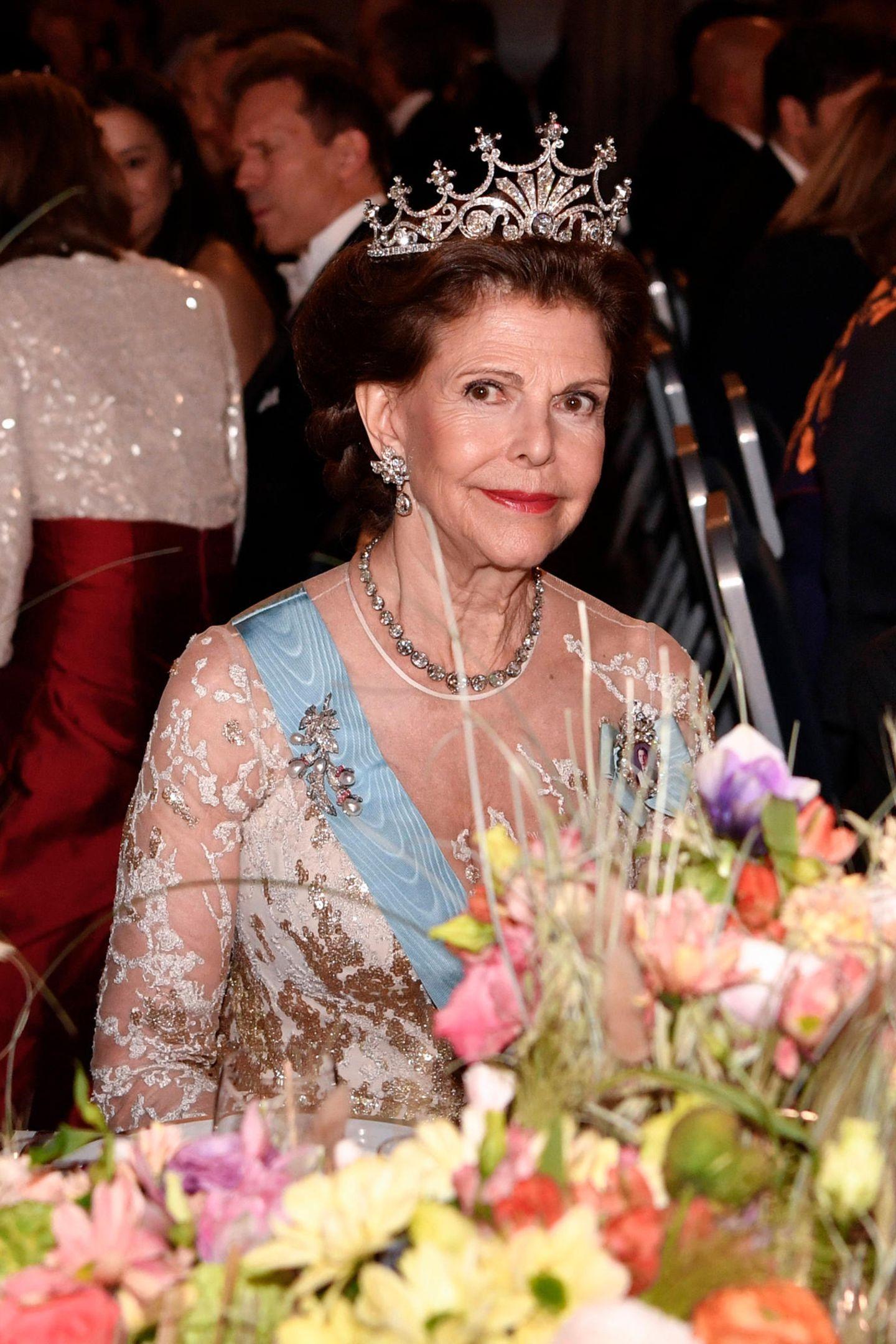 Es ist eines derbeliebtesten Diademe von Königin Silvia von Schweden: DasNine Prong Diadem hat mehr als 500 Diamanten.Königin Josefinas Perlen undRubinen Brosche sowieeine glamouröse Diamantenkette runden ihren Look ab.